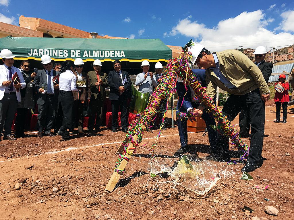 MUNICIPALIDAD DE CUSCO PUSO LA PRIMERA PIEDRA PARA LA CONSTRUCCIÓN DE NICHOS EN EL CEMENTERIO DE LA ALMUDENA