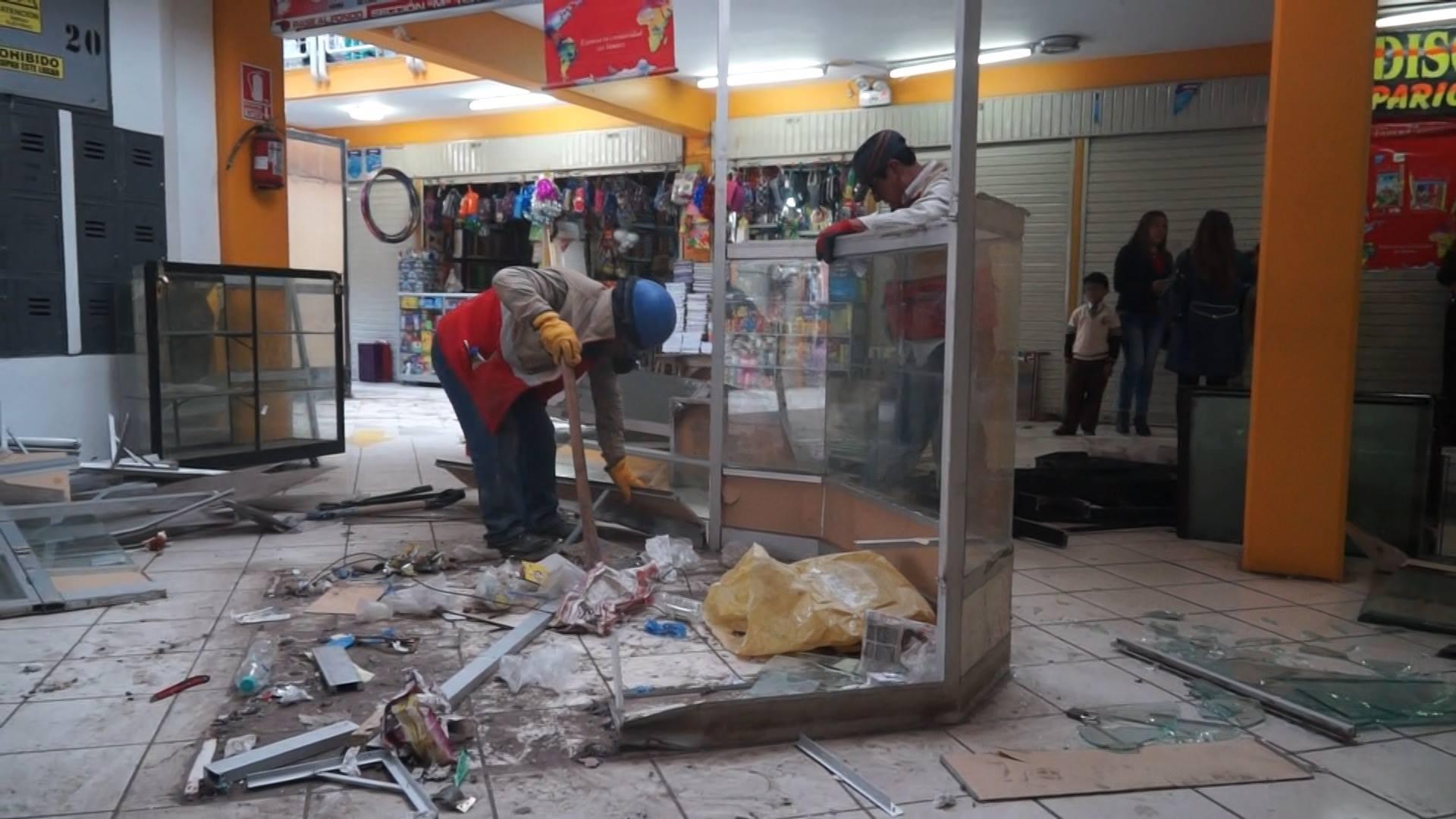 MUNICIPALIDAD DEL CUSCO PROCEDIÓ AL RETIRO  DE STANDS QUE FUERON DECLARADOS EN RIESGO GRAVE POR DEFENSA CIVIL EN EL CC.CC. CONFRATERNIDAD.