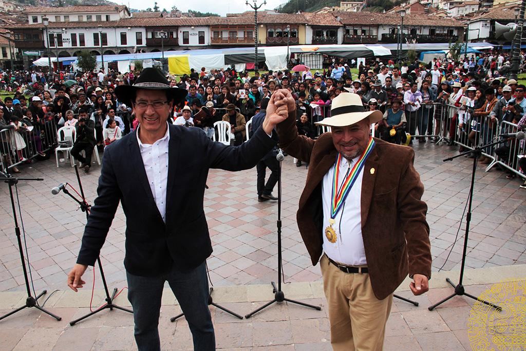 ALCALDE DEL CUSCO CARLOS MOSCOSO ENTREGA MEDALLA «SANTURANTIKUY» A RECONOCIDO ARTISTA TATER CAMILO VERA VIZCARRA