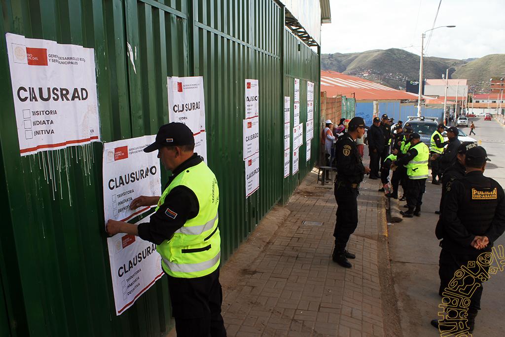 MUNICIPALIDAD DE CUSCO CLAUSURO TERMINALES VEHICULARES CLANDESTINOS  EN CALLE PUPUTI