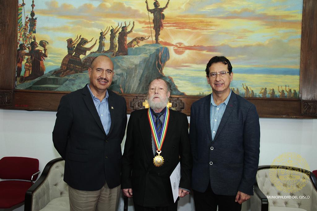 MUNICIPALIDAD DEL CUSCO ENTREGA MEDALLA DE ALCALDÍA  A AMILCAR ROMERO RENDÓN DIRIGENTE SINDICAL DE RECONOCIDA  TRAYECTORIA  SINDICAL
