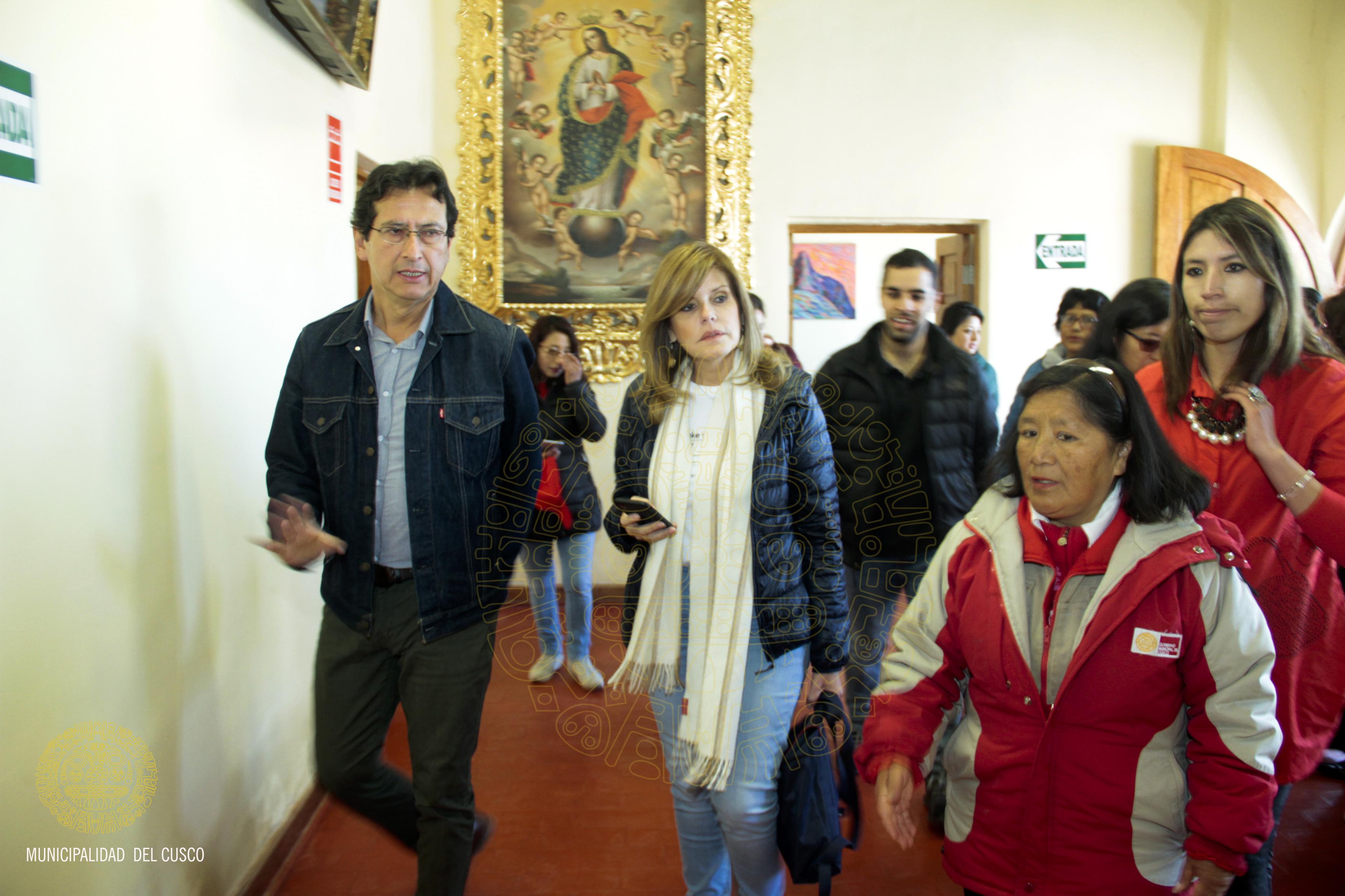 VICEPRESIDENTA  MERCEDES  ARAOZ RECORRE  AMBIENTES DE LA CASA DE LA ACOGIDA JUNTO AL ALCALDE CARLOS MOSCOSO