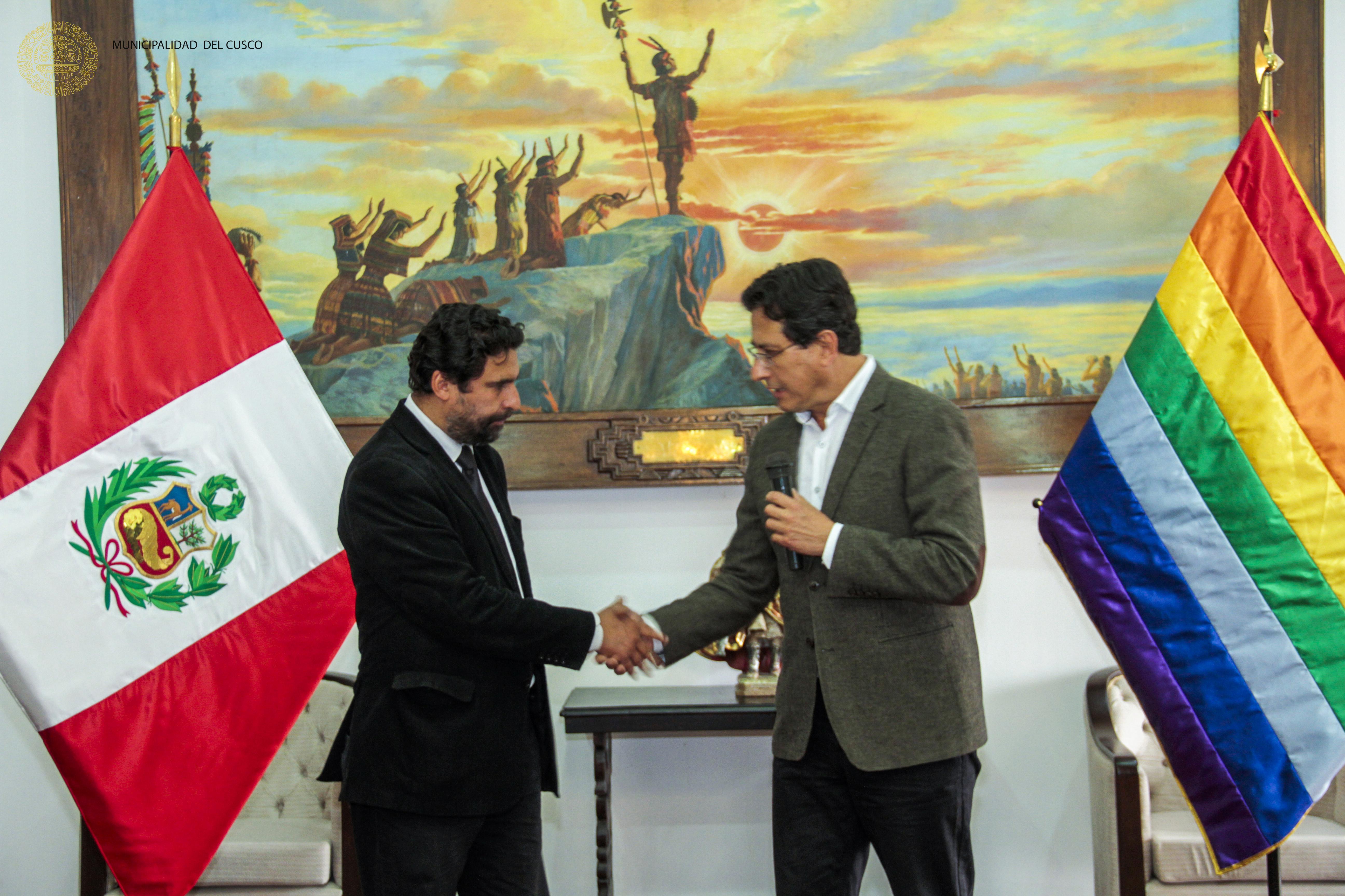 ALCALDE DEL CUSCO RECIBIÓ A NUEVA AUTORIDAD EDIL EN ACTO PROTOCOLAR.